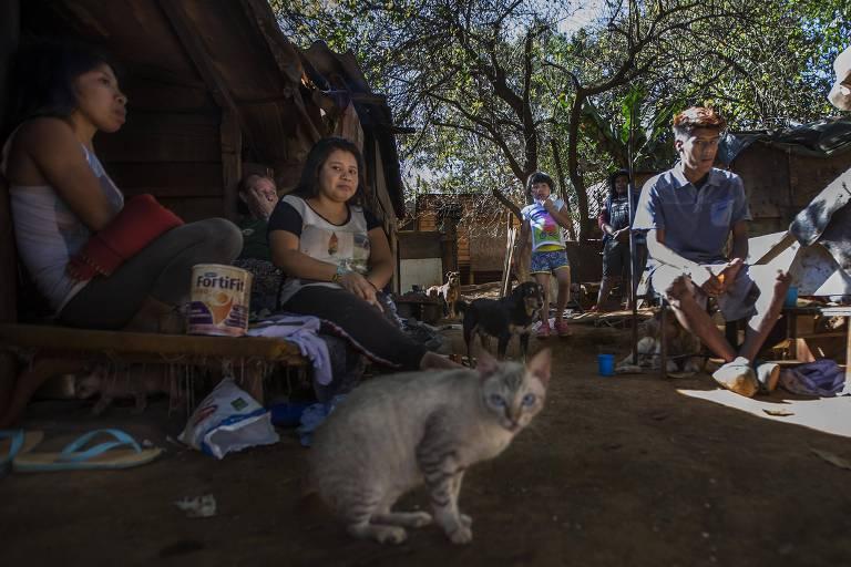 Habitantes da aldeia Pyau, na terra indígena Jaraguá, na zona noroeste de São Paulo, que tem cerca de 600 habitantes e 532 hectares