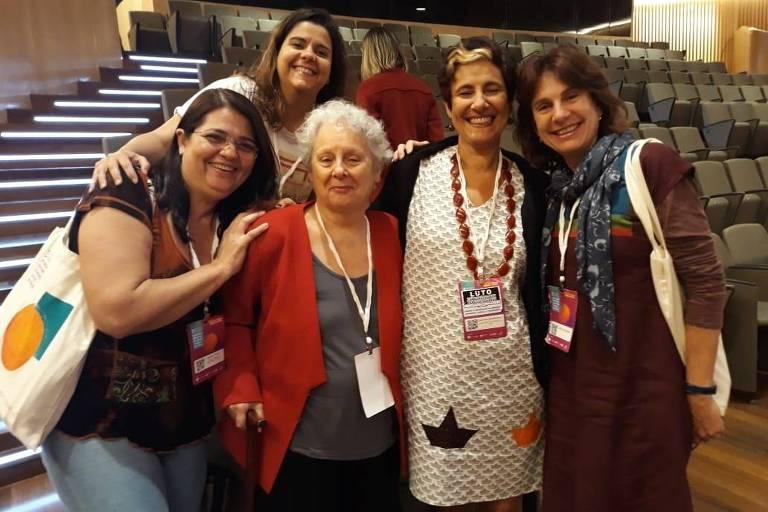 Guaracira Gouvêa (de casaco vermelho) com um grupo de educadoras em museus