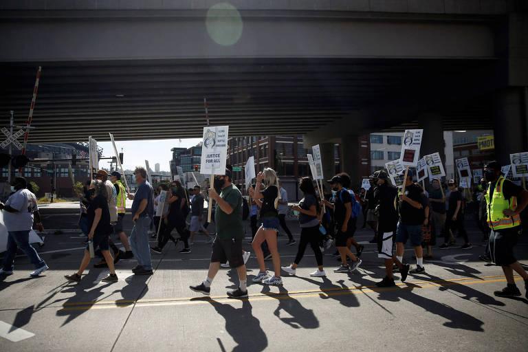 """Manifestantes protestam em Seattle no dia do """"Juneteenth"""", que celebra a libertação dos escravos"""