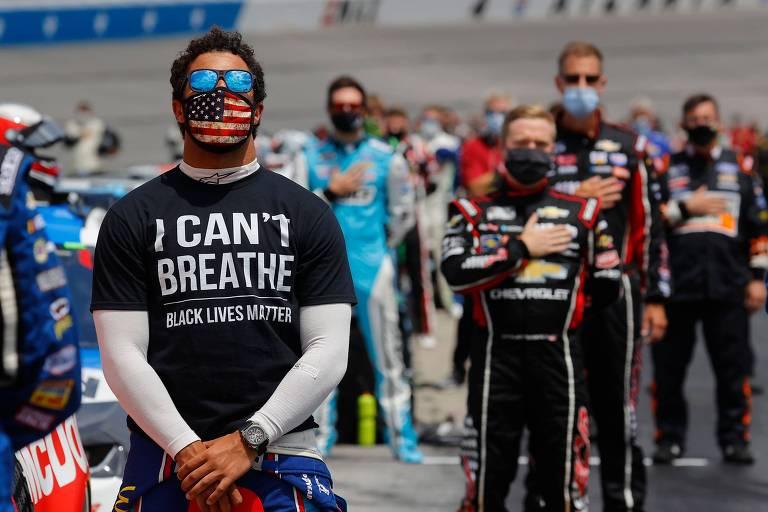 """Bubba Wallace com uma camiseta escrito """"Eu Não Consigo Respirar"""", em protesto ao assassinato de negros, antes de uma corrida na Georgia"""