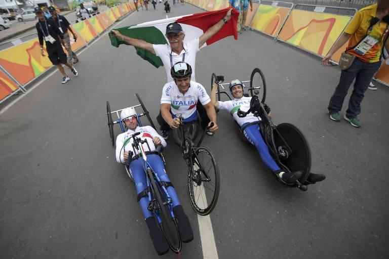 Zanardi ao centro com os compatriotas Vittorio Podesta (esq.) e Luca Mazzone após a conquista do ouro na Olimpíada do Rio de Janeiro, em 2016