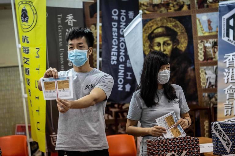 Em Hong Kong, voluntário mostra cédula de papel durante votação que debatia greve contra nova legislação chinesa