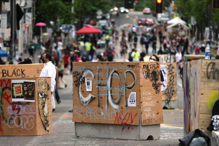 Barricadas na entrada da Zona Autônoma do Capitol Hill, em Seattle