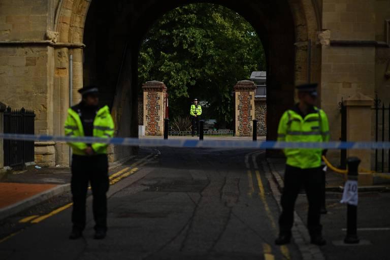 policiais em volta de parque