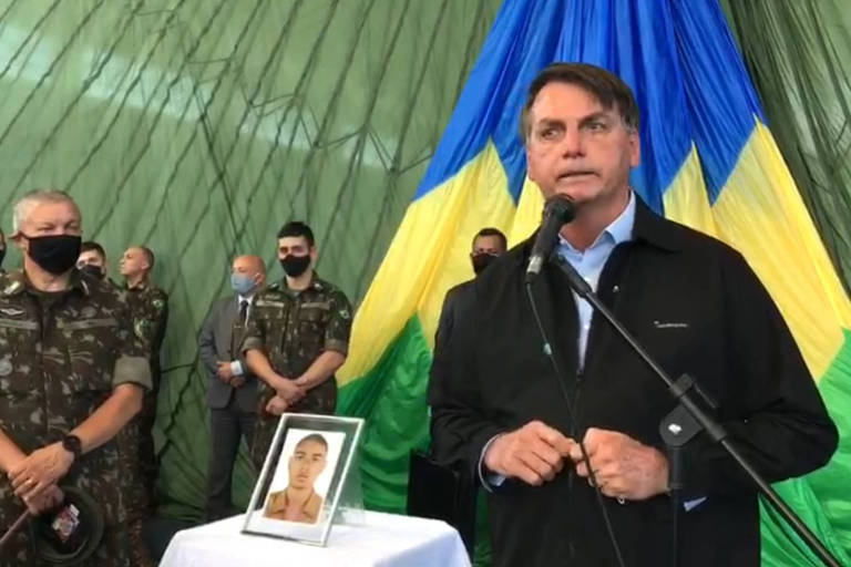 Cercado por militares, o presidente Jair Bolsonaro participa do velório do soldado do Exército Pedro Lucas Ferreira Chaves
