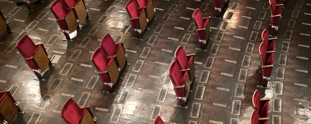 plateia de teatro sem dois terços das cadeiras