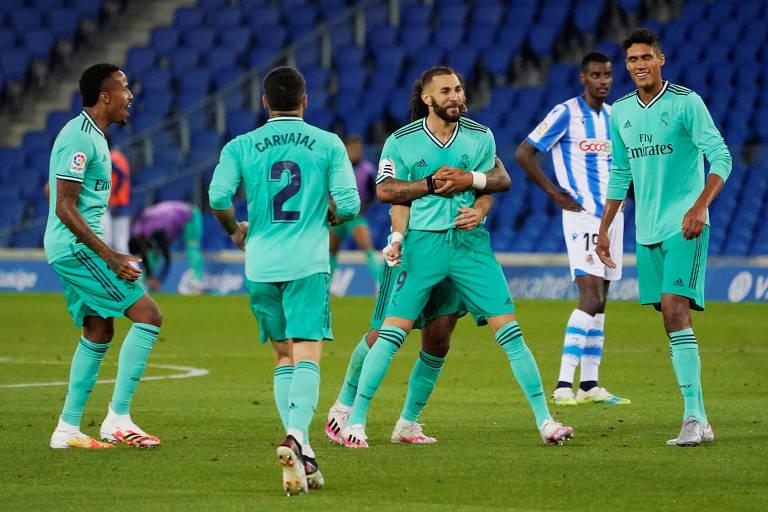 Jogadores do Real Madrid comemoram com Karim Benzema o segundo gol da equipe