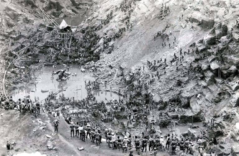 Garimpeiros trabalham na busca pelo ouro em Serra Pelada, no Pará, em 1983