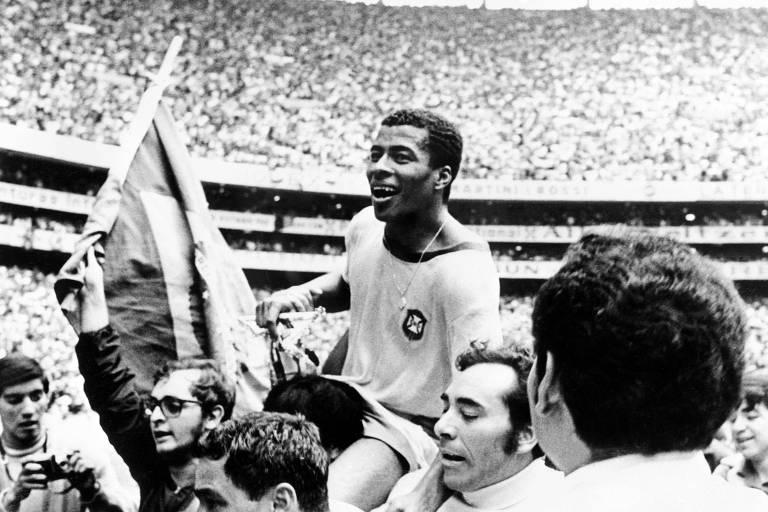 O atacante Jairzinho é carregado por torcedores após o Brasil conquistar o tricampeonato na Copa do Mundo do México em 1970; O Furacão marcou gols em todas as partidas do Mundial