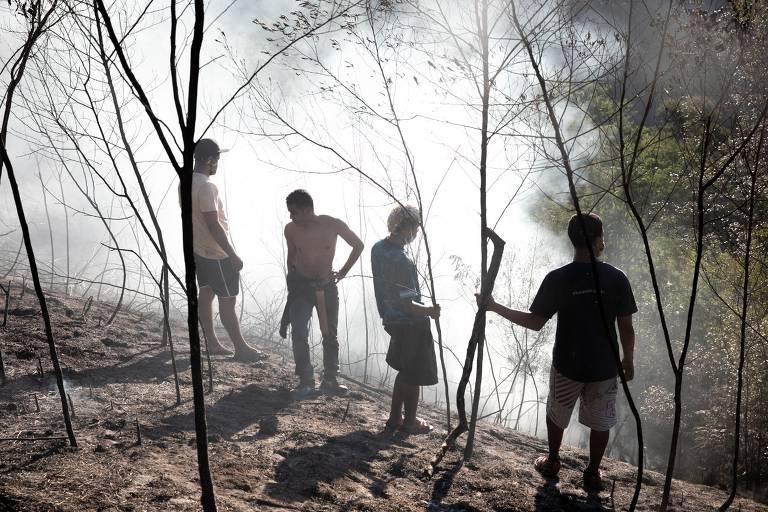 Índios Xondaro (guerreiros) combatem incêndio no Pico do Jaraguá, em São Paulo. Bombeiros não conseguiram acesso ao local durante a madrugada
