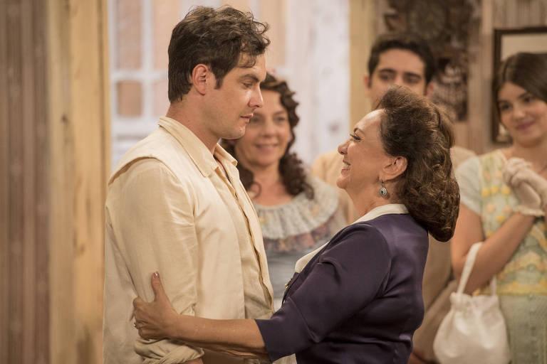 Candinho (Sergio Guizé) e Anastácia (Eliane Giardini) se abraçam