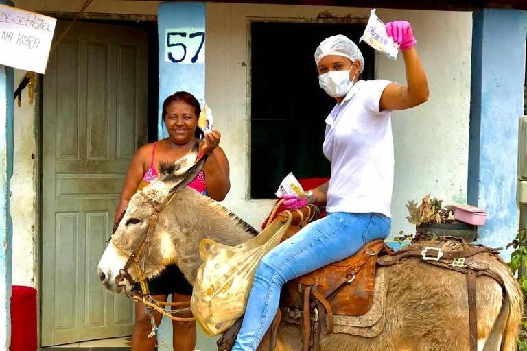 A enfermeira Monaliza Oliveira entrega kits de proteção contra o coronavírus em Boa Vista do Tupim (BA)