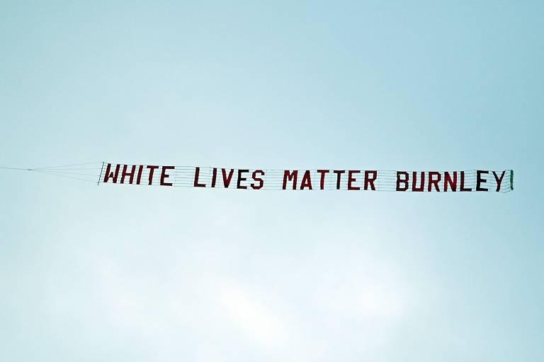 Faixa com mensagem que sobrevoou o estádio do Manchester City
