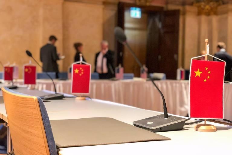 Bandeiras chinesas colocadas pelos americanos na mesa de reunião com a Rússia sobre tratado nuclear