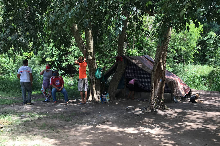 Com medo de remoção, imigrantes venezuelanos se escondem no mato em Boa Vista