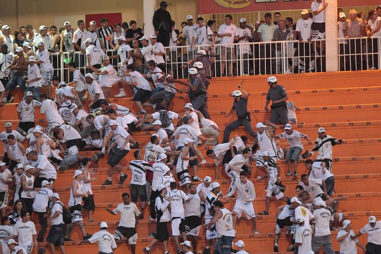 Policiais e torcedores do Santos brigam na arquibancada do Pacaembu durante clássico com o Corinthians pelo Campeonato Brasileiro de 2011