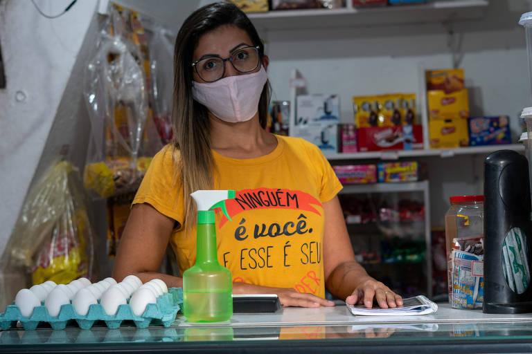 Geisa Reis Oliveira, 32, dona de mercearia se reveza entre o comércio e os cuidados com o filho