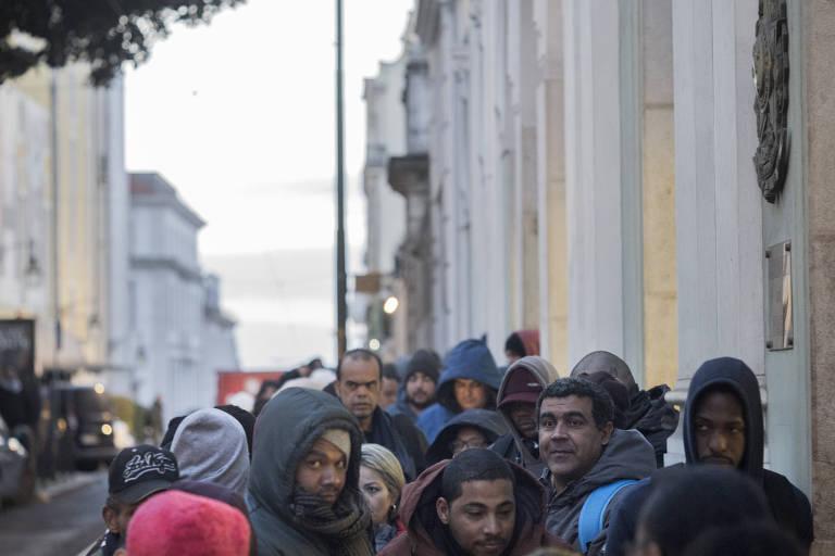 Brasileiros fazem fila em frente ao consulado do país em Lisboa