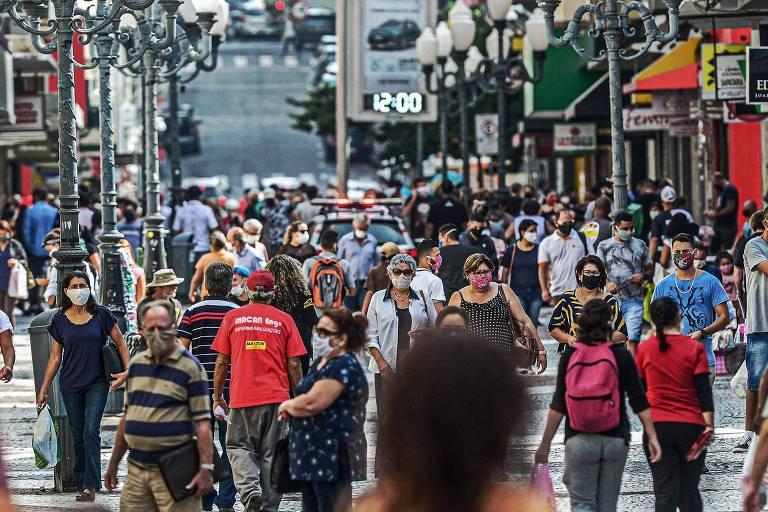 Rua movimentada em Florianópolis no dia 12 de maio durante a pandemia do novo coronavírus