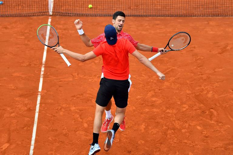 Djokovic interage com tenistas no Adria Tour