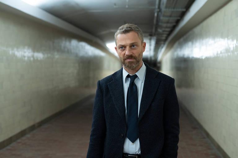 """O ator Grzegorz Damiecki no papel de Pawel Kopinski no seriado """"Silêncio na Floresta"""", da Netflix"""