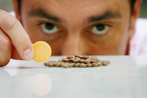 ORG XMIT: 480401_1.tif O empresário Carlos Alberto Martins toma vitaminas B e C para combater o cansaço, em São Paulo (SP). (São Paulo, SP, 24.05.2007. Foto de Leonardo Wen/Folhapress. Digital)