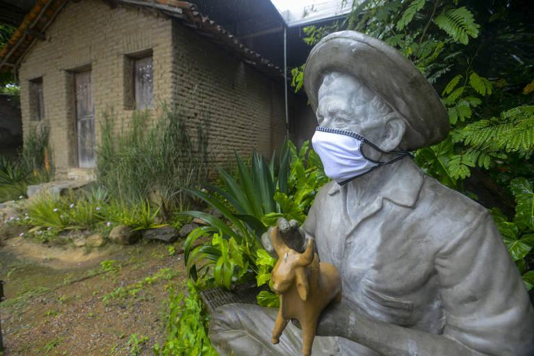 Casa Museu Mestre Vitalino localizado no Alto do Moura, em Caruaru; a estátua do artista popular que criava figuras de barro leva hoje uma máscara