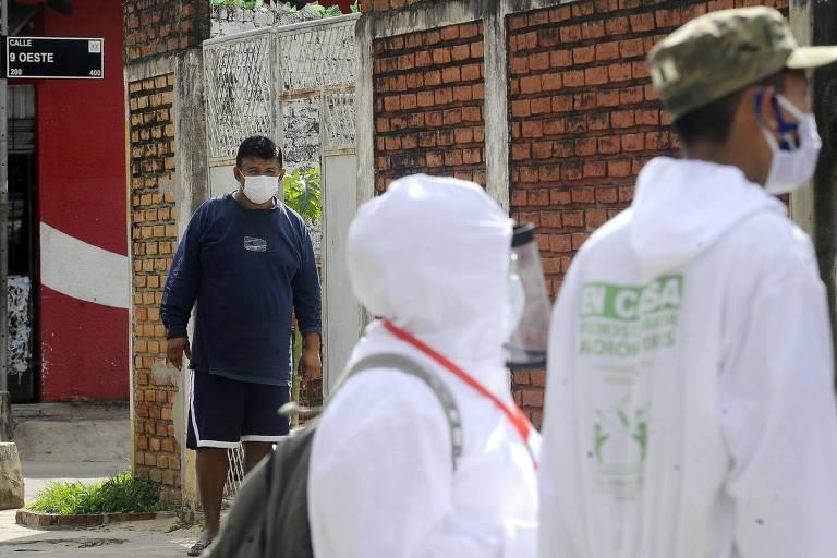 Trabalhadores do sistema de saúde visitam casas em bairros de Santa Cruz de la Sierra
