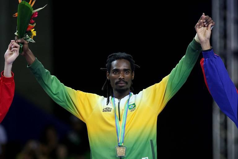 Lutador no pódio com a medalha de ouro no Pan  do Rio de Janeiro
