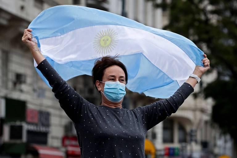 Mulher com bandeira nacional durante ato contra o governo argentino, em Buenos Aires