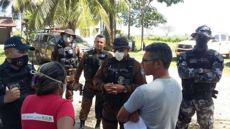 Agricultores negociam com seguranças da Vale na presença de policiais, horas antes do conflito