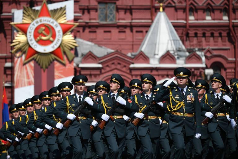 Soldados russos marcham na parada do Dia da Vitória na praça Vermelha, coração de Moscou