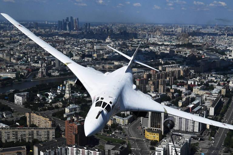 Bombardeiro estratégico Tu-160 voa sobre Moscou na parada do Dia da Vitória