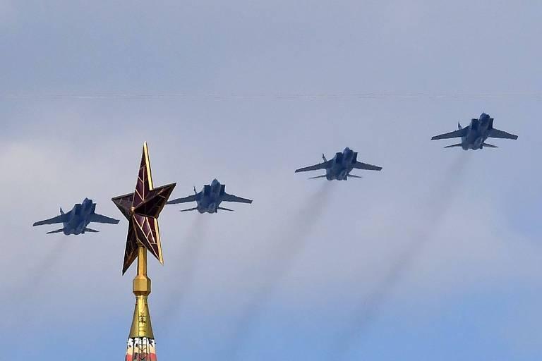 Quatro MiG-31K equipados com mísseis hipersônico Kinjal sobrevoam a praça Vermelha