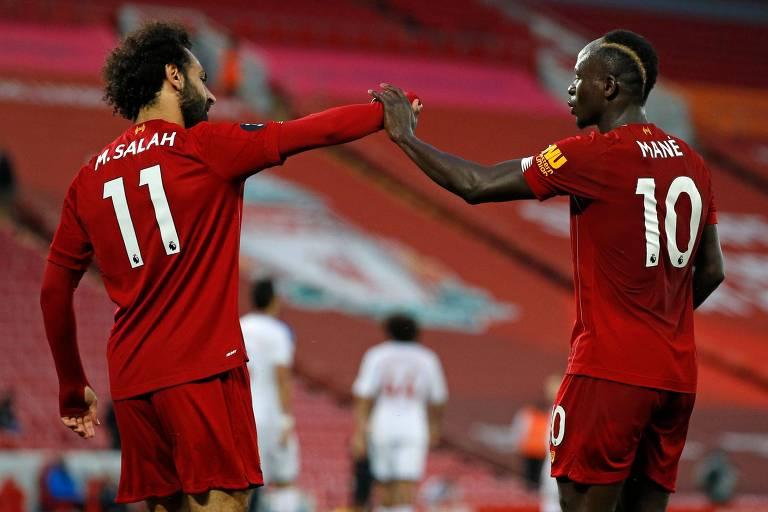 Salah e Mané comemoram o quarto gol do Liverpool, que fechou a goleada sobre o Crystal Palace