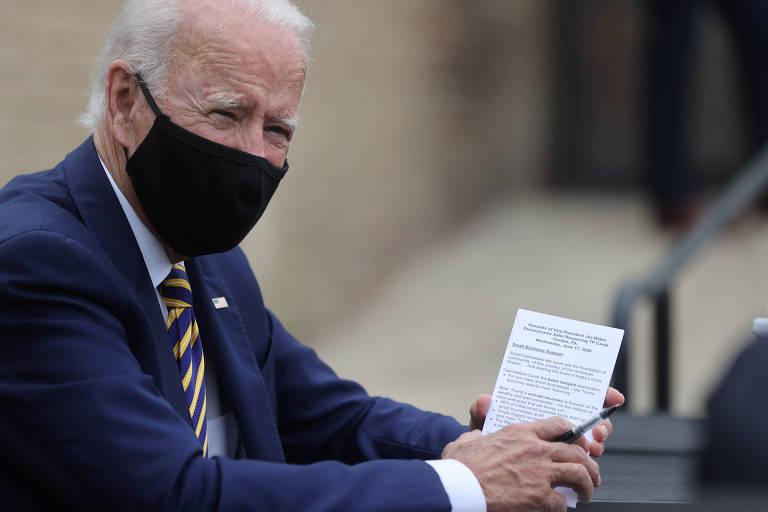 O ex-vice-presidente Joe Biden aguarda antes de discursar na cidade de Yeadon, na Pensilvânia