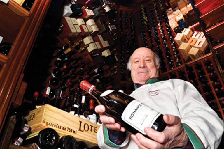 Chef Jaime Pinheiro, no restaurante Pampulinha, em Porto Alegre, cuja adega guarda vinhos raros em antigo cofre de banco