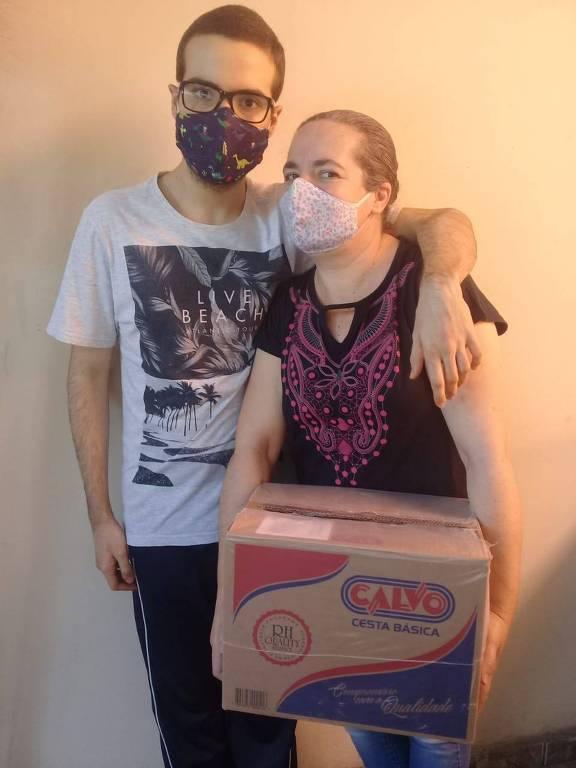 Lucas, 17, e sua mãe, Andrea, são atendidos pela Associação dos Amigos Autistas (Ama) e receberam doação de cestas básicas do Grupo Conduzir