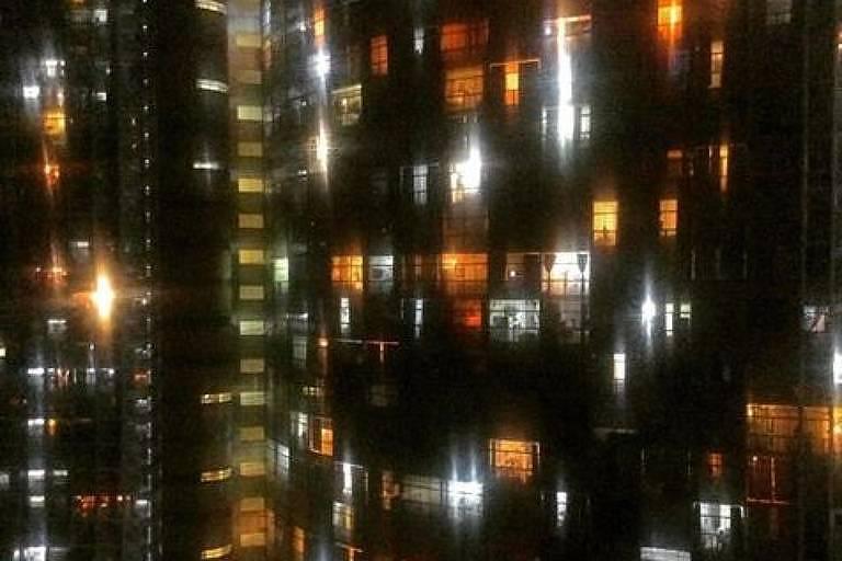 Edifício Copan à noite, no centro de São Paulo, visto da janela do escritor Ronaldo Bressane durante a quarentena