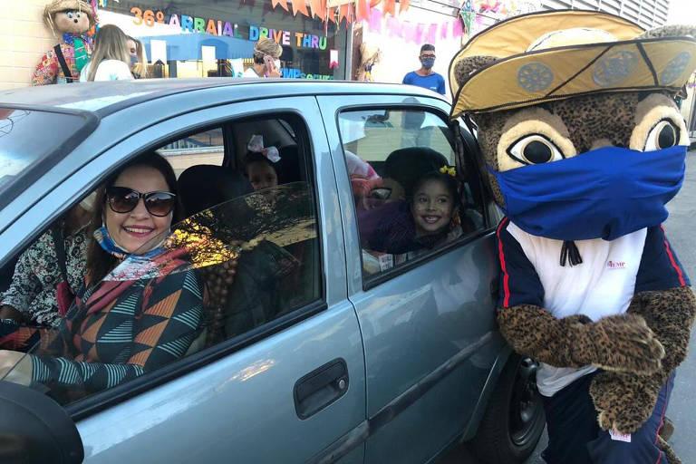 Escolas fazem festas juninas drive thru em meio a pandemia