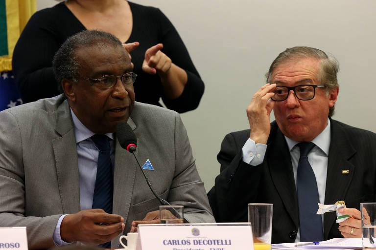 Carlos Decotelli, novo ministro da Educação, ao lado de Ricardo Velez Rodriguez, ex-titular da pasta