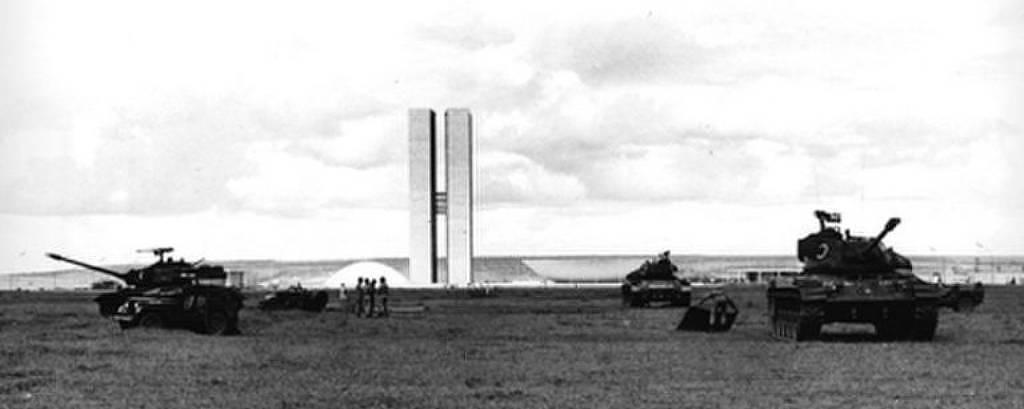 A imagem em preto e branco mostra tanques do Exército em Brasília no dia 1º de abril de 1964, na frente do Congresso