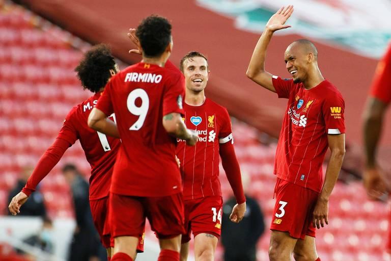 O brasileiro Fabinho comemora com seus colegas de time o gol pelo Liverpool no jogo de quarta (24) contra o Crystal Palace