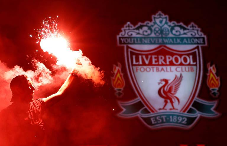Torcedores do Liverpool comemoram título da Premier League nos arredores de Anfield, o estádio do clube inglês