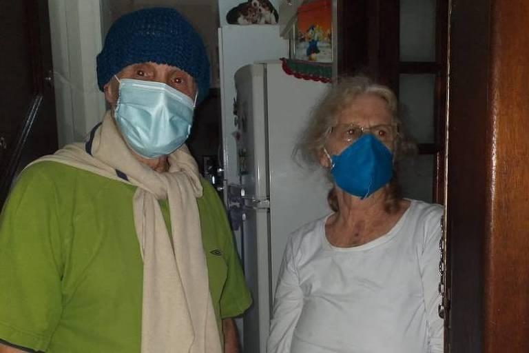 Seu José Benedito e Dona Lourdes em casa após os dois receberem alta do Hospital de Campanha do Anhemb