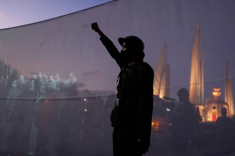 Manifestante vestido com uniforme antigo celebra aniversário da revolução de 1932 em Bancoc, na Tailândia