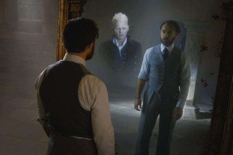 """Dumbledore e Grindelwald em cena de""""Animais Fantásticos: Os Crimes de Grindelwald""""; os dois teriam vivido um relacionamento amoroso, que nunca foi mostrado nas telas ou nas páginas"""
