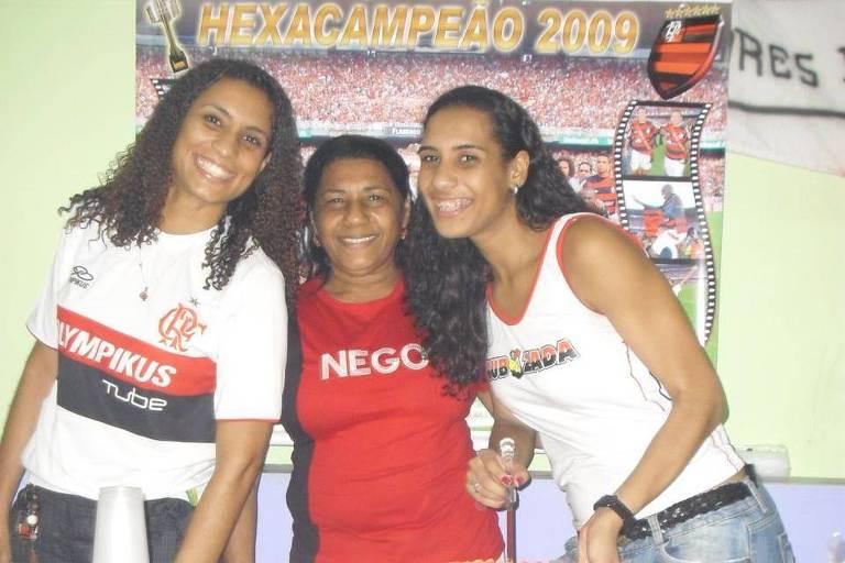 Rubro-negras, a mãe, Marinete Silva, e as filhas Marielle (à esq.) e Anielle Franco festejam a caráter o aniversário de Anielle em 2010