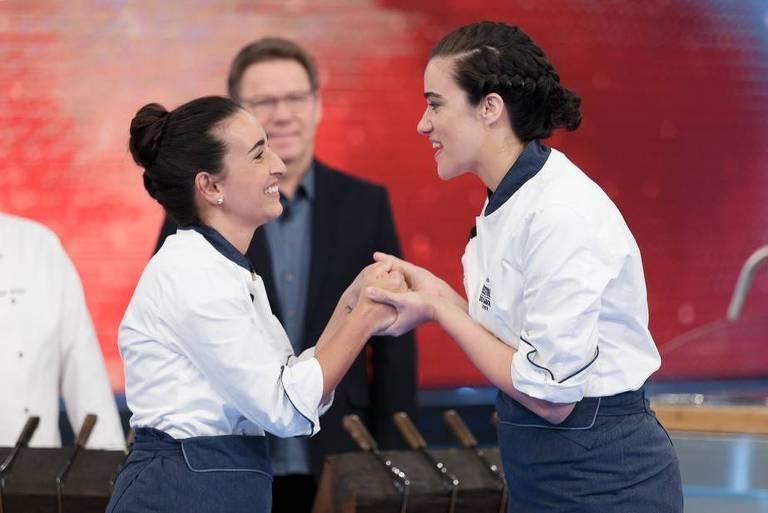 Participantes Lydia Gonzalez e Gi Nacarato dão as mãos em competição