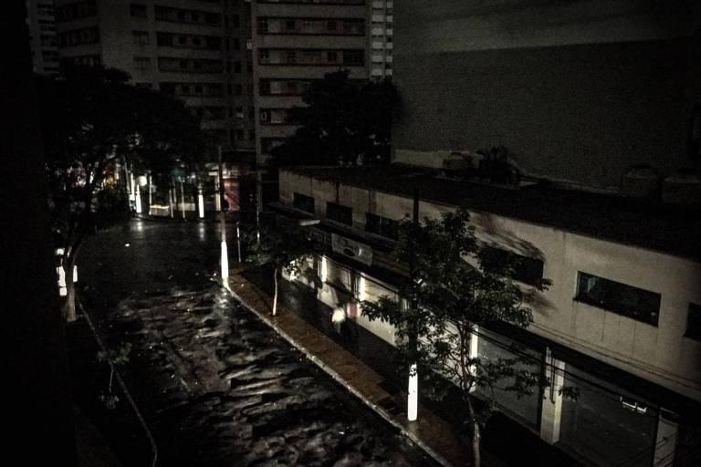 Luz de automóvel ilumina a esquina das ruas Canuto do Val e Martim Francisco, na região da Santa Cecília, durante apagão no centro de SP. Bairro ficou sem energia elétrica entre 5h e 5h30, e novamente a luz voltou a faltar por volta das 9h40 desta sexta-feira (26)